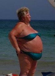 smešna slika debela starica na plaži