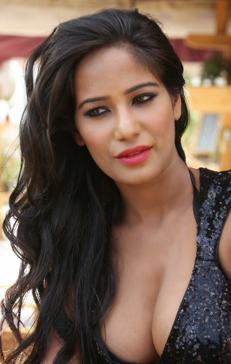 Poonam Pandey Latest Glamorous Hot Photos - AtozCineGallery
