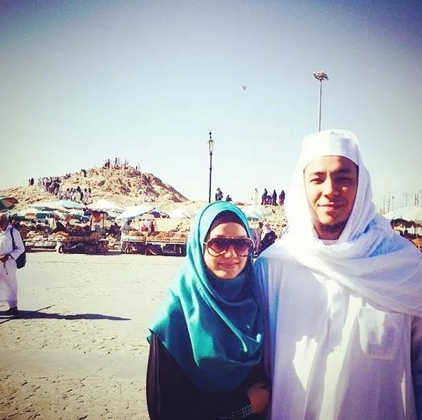 6 Gambar Syamsul Yusof Puteri Sarah Mengerjakan Umrah Di Mekah