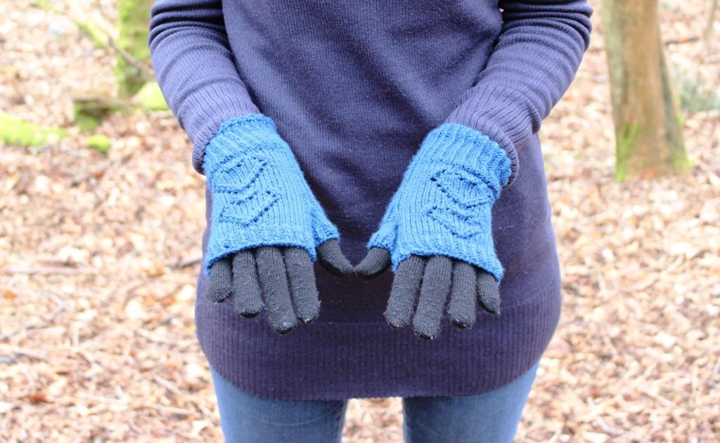 Fingerless Gloves Knitting Pattern Ravelry : floral and feather: I heart knitted fingerless gloves