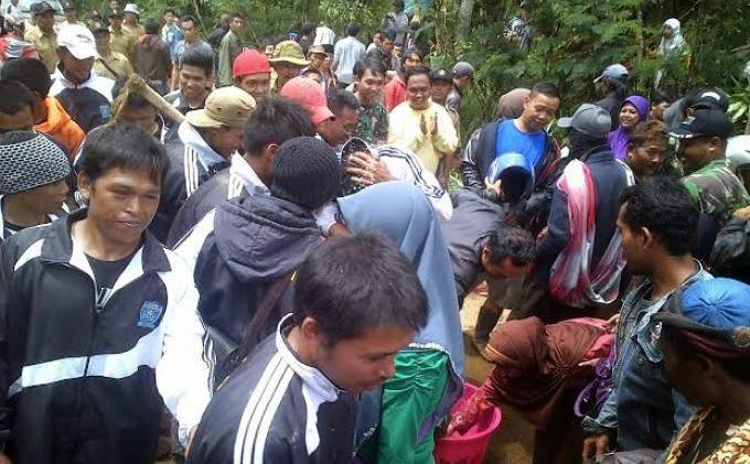 Air Bekas Cuci Kaki PreSiden Jadi Rebutan Warga Banjarnegara