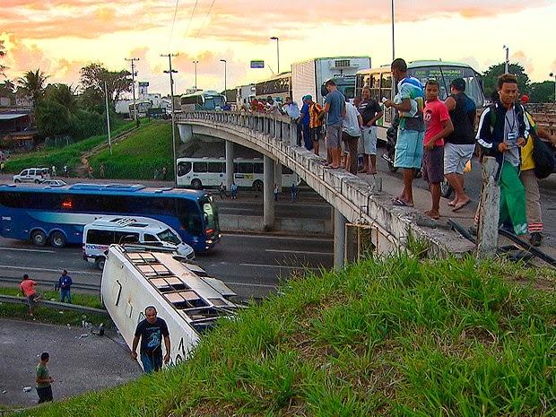 Ônibus caiu de viaduto na BR-324, em Salvador, nesta terça-feira (Foto: Reprodução / TV Bahia)