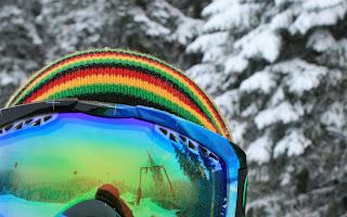 Man of vrouw met grote skibril in de sneeuw met bomen