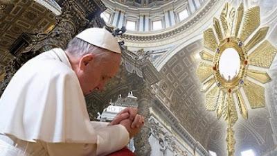 Papa Francisco em adoração ao Santíssimo Sacramento no Ano da Fé