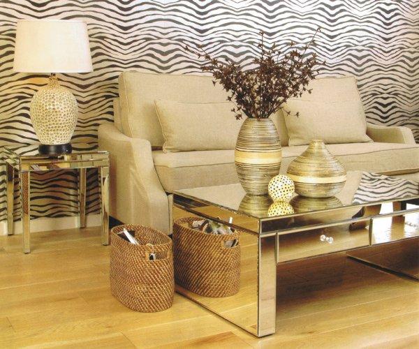 decoracao sala zebra : decoracao sala zebra:penteadeira antiga foi revestida de espelhos, mas preservou os pés