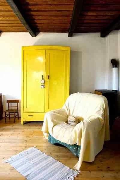 Żółta szafa jako mocny  akcent w klasycznej aranżacji wnętrza