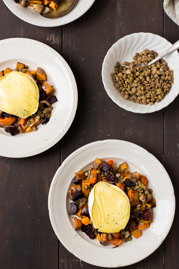 Sałatka z pieczonych warzyw z soczewicą i camembertem