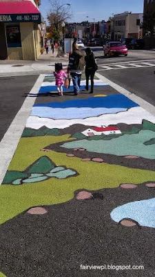 Senda peatonal con arte urbano en una ciudad de Estados Unidos