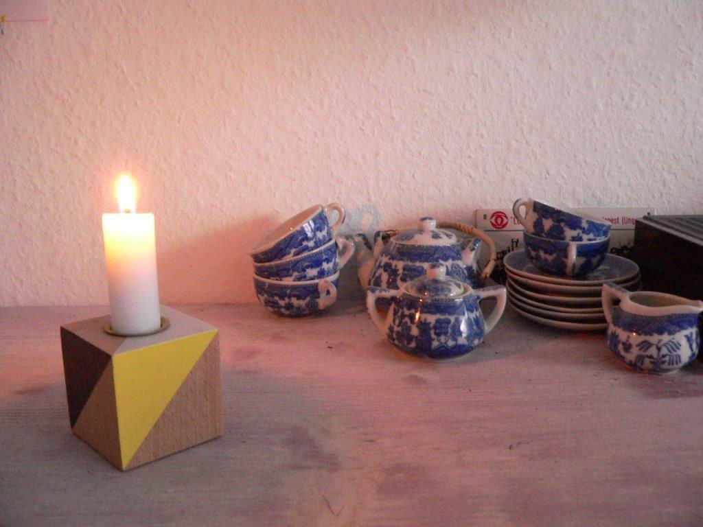 Schreibtisch Kerze Porzellan Kindergeschirr Holz Kerzenhalter Winter gemütlich