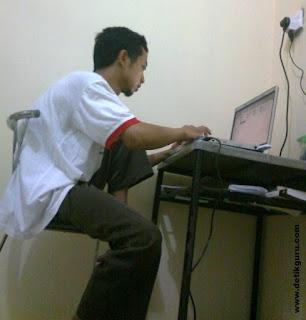 Bekerja menggunakan laptop