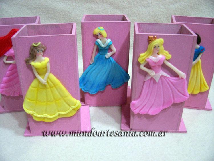 Unos souvenirs hechos con porta lapices pintados a mano y adornados