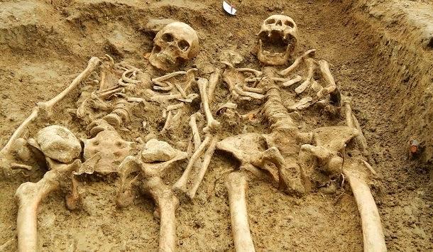 Descoberto esqueletos com 700 anos de mãos dadas