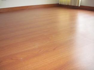 Recurso los beneficios de usar pisos laminados mundo ark for Tipos de pisos laminados