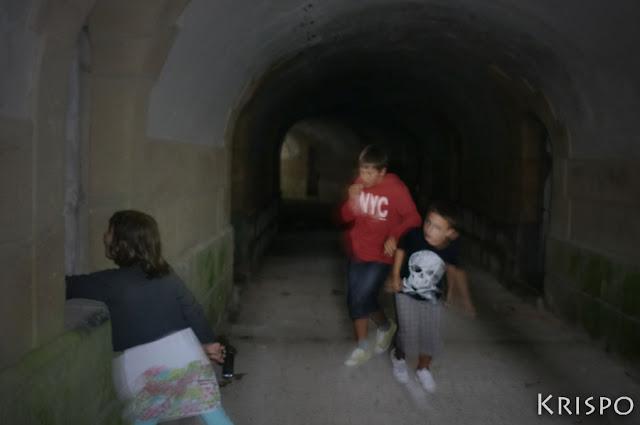 tres niños en interior del fuerte de guadalupe de hondarribia