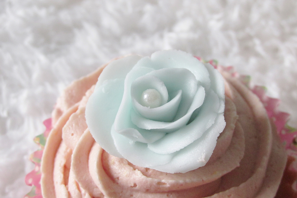 rose made from icing, cake decorating, pretty cupcake, flowers for cupcakes, rose on cupcake,