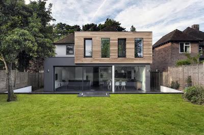 Fachada de casa moderna con segundo piso en madera