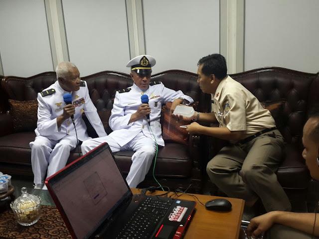 Pelda KKO (Purn) EJ Venkandou dan Pelda KKO (Purn) Soegimin saat diwawancarai oleh Dispenal