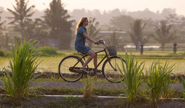 Elizabet Gilbert (Julia Robert) Naik Sepeda di Lingkungan Ubud