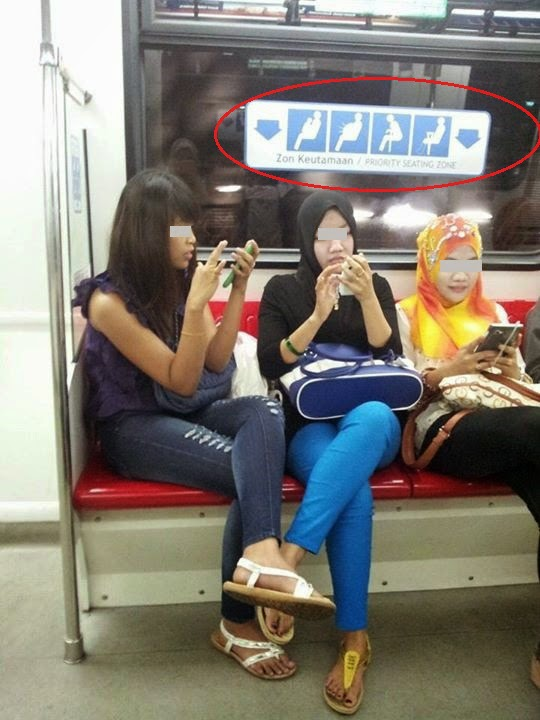 Selfish Tak Nak Bagi Tempat Duduk Tiga Awek Buat Buat Sibuk Belek Handphone