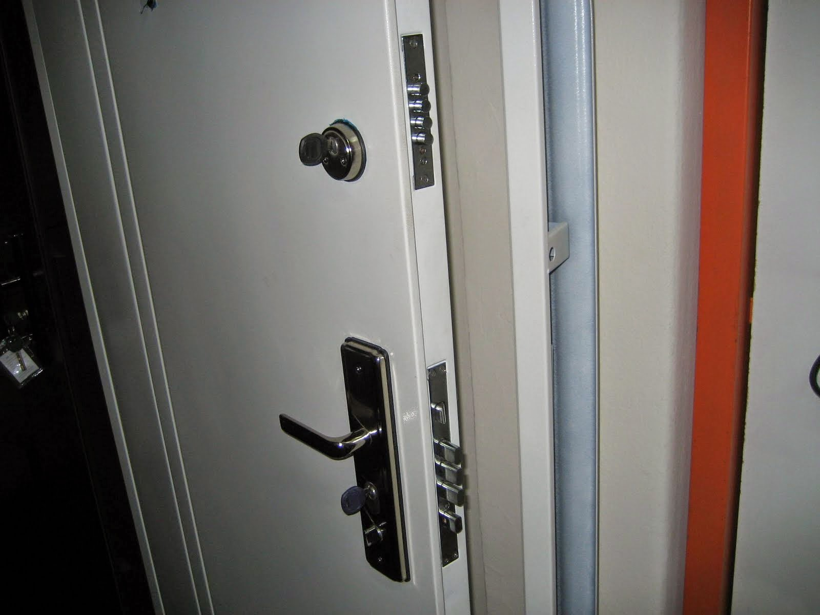 Instalaci n de puertas de acero reforzado para trasteros for Puerta trastero seguridad