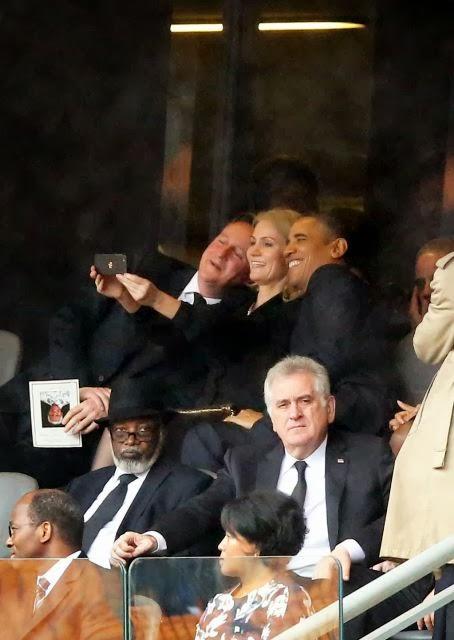 La primera ministra danesa se hace una autofoto con el presidente de EEUU Obama mientras su mujer se enfada.