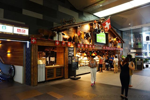 Schweitzer Hütte in einem Einkaufszentrum der Orchard Road, Singapur.