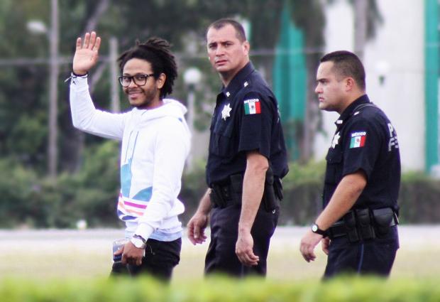 El cantante negro Kalima saliendo de la cárcel luego de haber tenido sexo salvaje con menores de edad | Ximinia