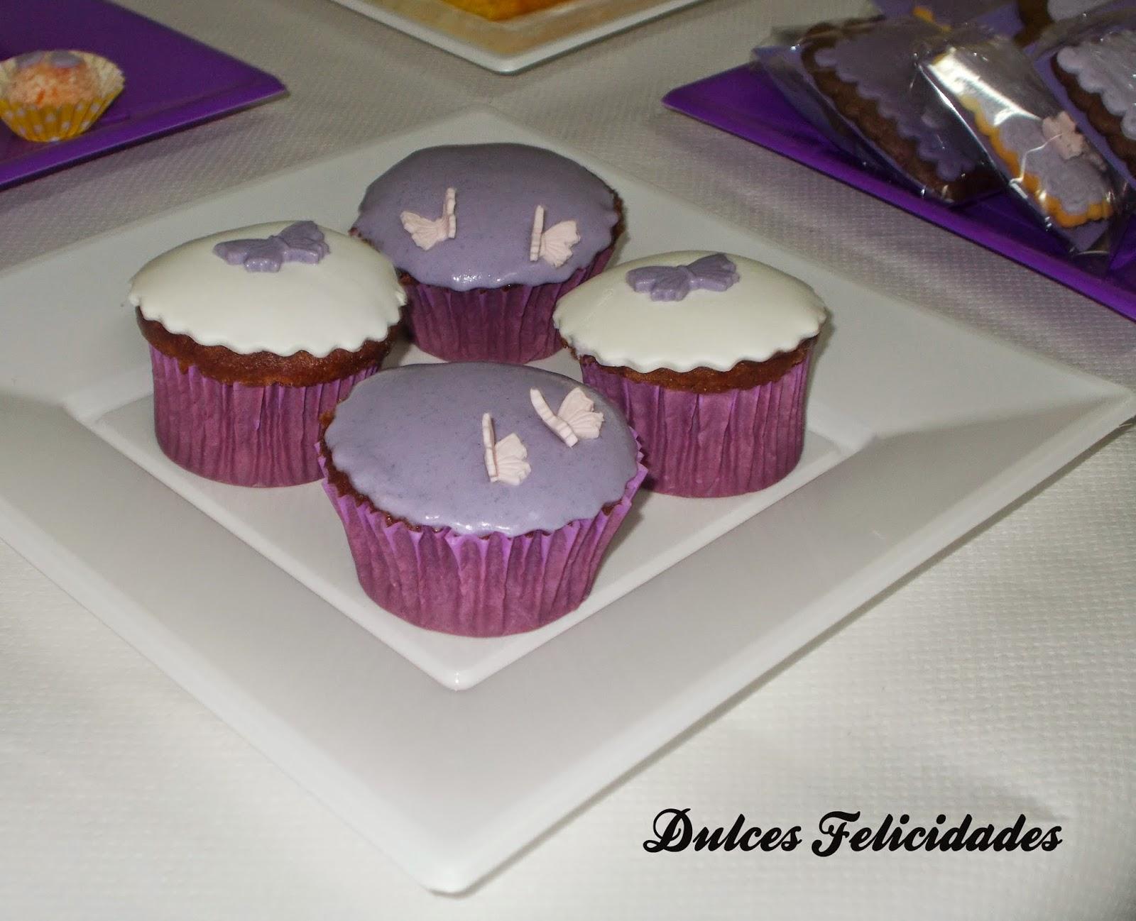 cupcakes en mesa dulce tonos morados