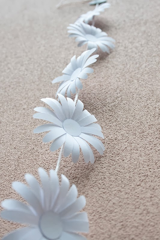 crafted  d i y  paper daisy chain