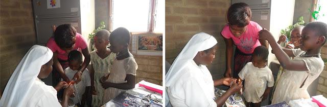 Nella Missione in Togo si confezionano i rosari per un battesimo