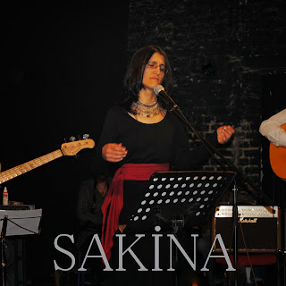 Sakina Teyna Şarkı Sözleri, Sema Şarkı Sözleri Türkçeye çevirisi, Ezmana şîn gula bi êvîn  Dilda birîn tuyî Sema  Hevala dila hêviya dila  Pirra gela tuyî Sema