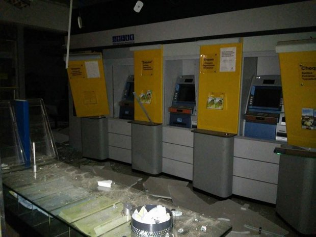 O dinheiro levado pelos bandidos seria usado para abastecer os caixas eletrônicos do banco hoje (Foto: Notícia Livre)