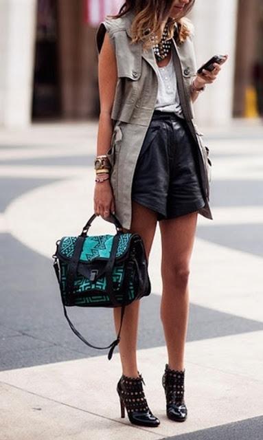 Look do dia - Colete em tom caqui, botins e calções pretos