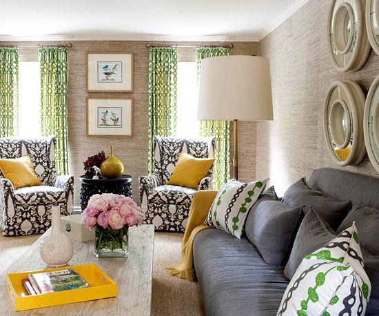 sala com sofá estampado