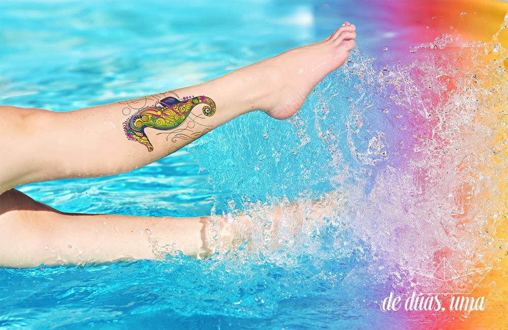 tattoo cavalo marinho colorido de duas uma