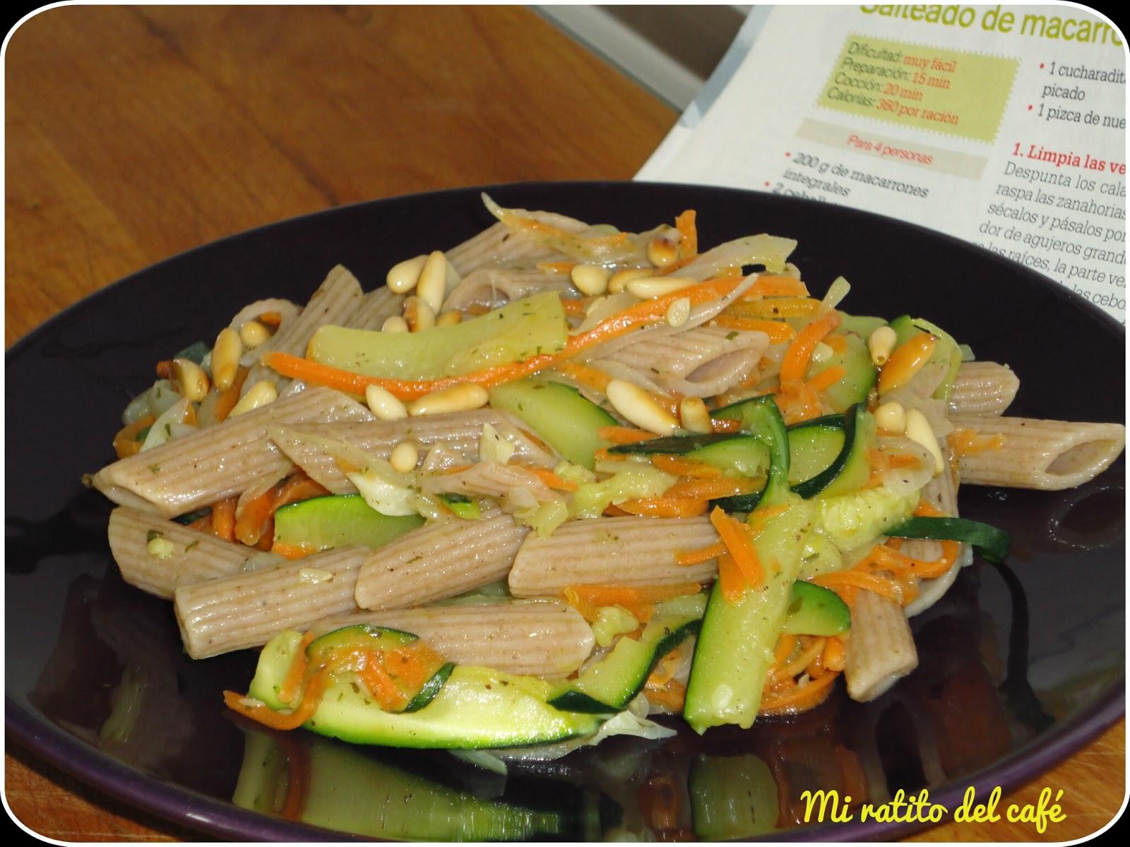 Macarrones con hortalizas y piñones