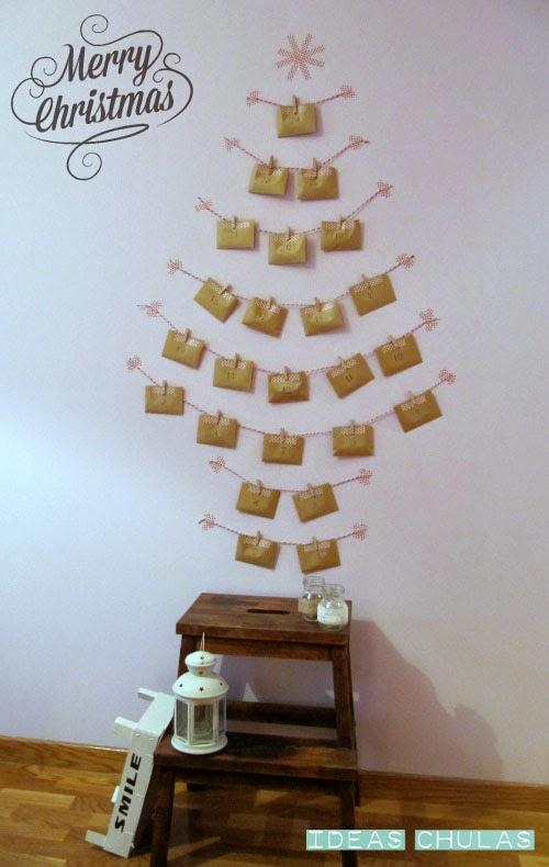 Calendario adviento de sobre colocado en la pared
