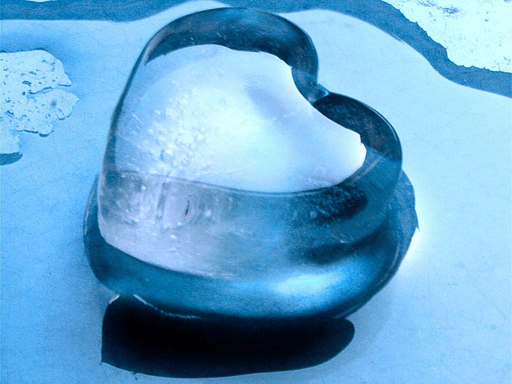 http://2.bp.blogspot.com/-wHEQ9Dbkvgc/TkpQT06NpkI/AAAAAAAAAnA/-dDikjAAkOE/s1600/Blue_Love_Heart_Wallpaper_f0fm7.jpg