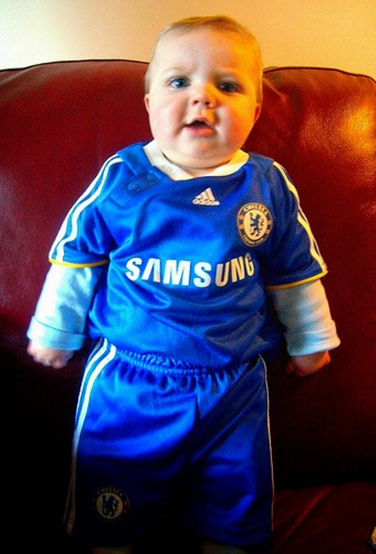 Foto bayi laki-laki pakai baju seragam sepak bola chelsea