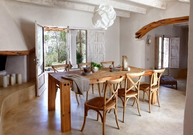 mesa de madera natural con sillas thonet
