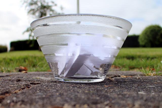 sedlerne puttes i en dekorativ skål