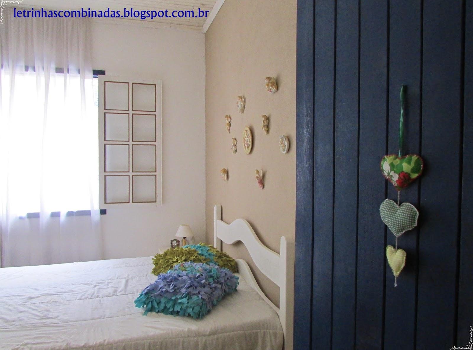 quarto com almofadas e pintura artesanal