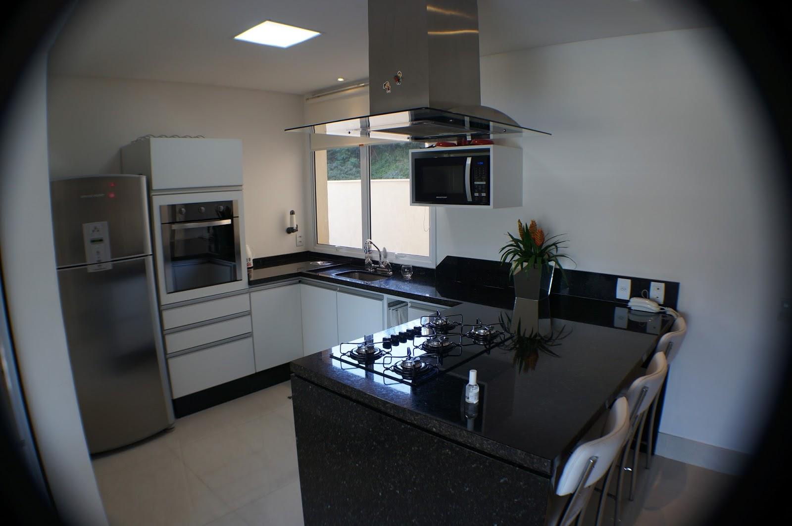 SÉRGIO: Cozinha ampla e arejada equipada com forno elétrico adega  #466685 1600x1063