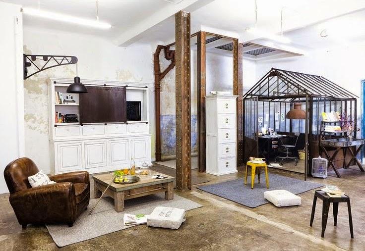 Le bureau dans une petite verrière intégrée au salon : décoration ...
