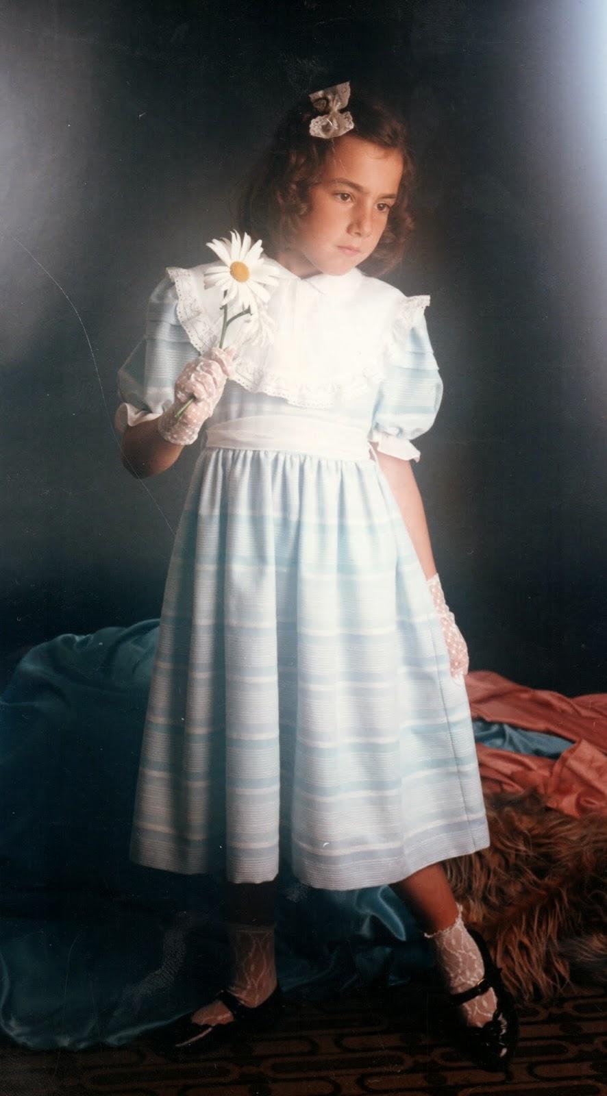 Niña con vestido azul