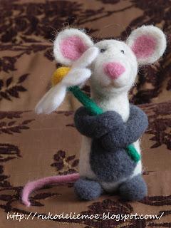 сухое валяние, крыса из шерсти с ромашкой