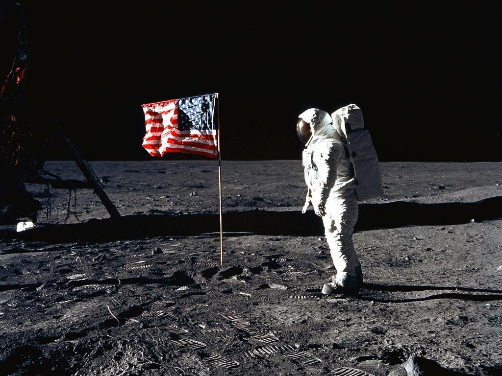 hombre solo luna