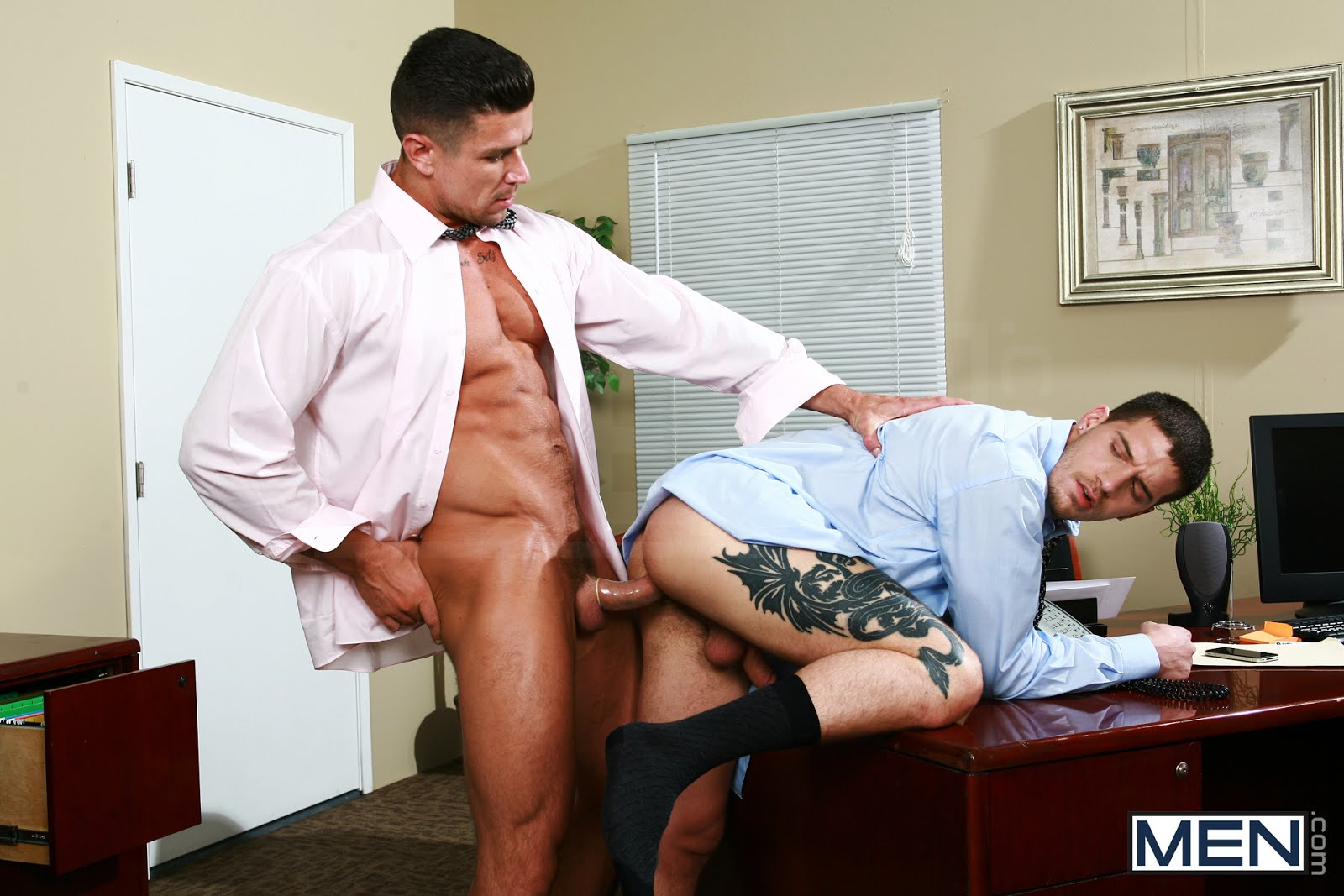 2 мужика трахаюца в офисе