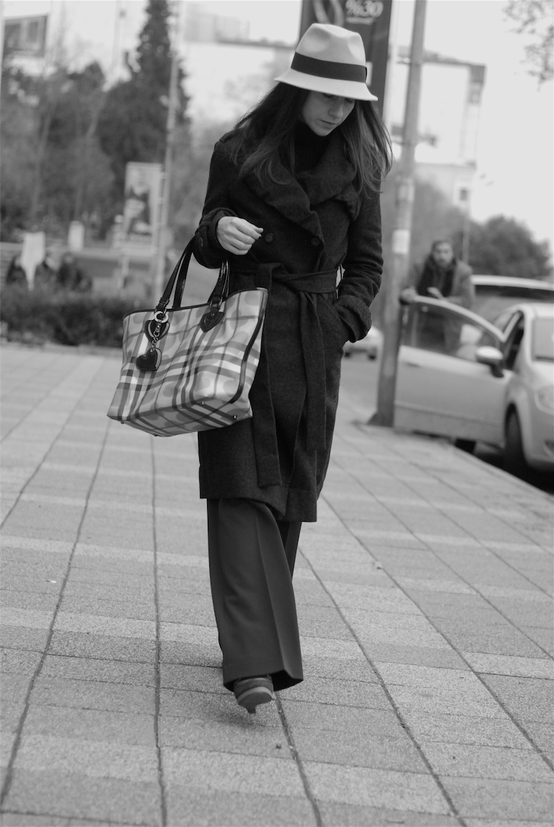 Let it snow! This is what I really want  in the New Year time. After a long time, Istanbul is snowy and iced- cold before the New year eve so I took out my all wool cardigans and pullovers to keep myself warm. The formula of  staying warm and look a bit chic is ; wearing a wool coat combine with large bag that you'd like to enjoy to wear and some snoods,hats and gloves...  Last week of 2012, I have lots of things to do. Actually I really love such a busy weeks if there is no stress of course! Enjoy the last week of 2012!