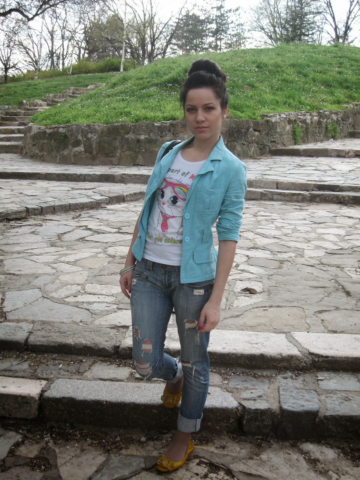 casual look, casual outfit, mint green blazer, kitty print top, ripped jeans, yellow flats, messy bun